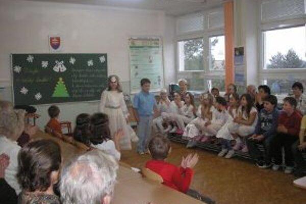 Žiaci pripravili pre starých rodičov kultúrny program.