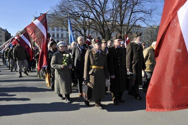 Približne tisíc ľudí v pondelok pochodovalo k Pamätníku slobody v lotyšskej Rige.