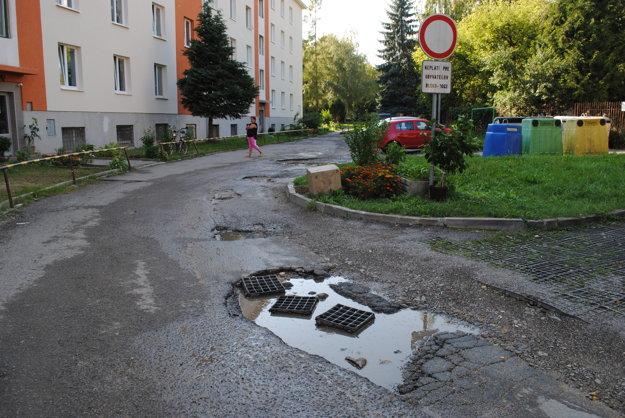 Rozbitá. Treba opraviť aj kanalizáciu.