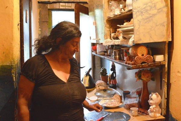 Rómovia z domu hrôzy v Brezne si vodu nosia z pramienka za hlavnou cestou, kanalizáciu nemajú. Trpia črevnými ochoreniami, byty sú plné hmyzu, okolo sa množia potkany. Čoskoro ich čaká vysťahovanie na ulicu.