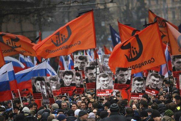 Ľudia nesú portréty zavraždeného opozičného politika Borisa Nemcova počas spomienkovej demonštrácie na Červenom námestí v Moskve 1. marca 2015. Politika, bývalého vicepremiéra a jedného z opozičných lídrov Borisa Nemcova zavražil doteraz neznámy páchateľ
