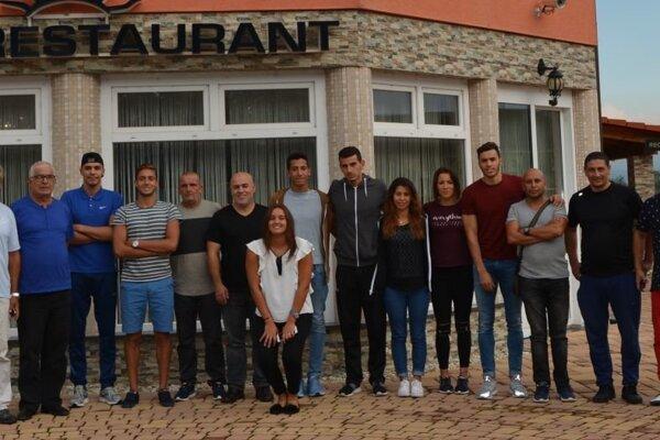 Plavci zAlžírska na spoločnej fotke pri príchode do Topoľčian.