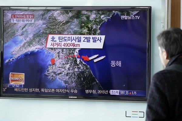 KĽDR odpálila rakety, protestuje tak proti cvičeniam USA.