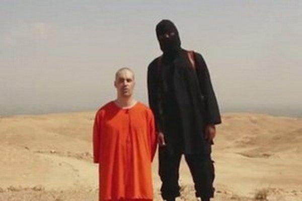 Poprava reportéra je odvetou za americké letecké útoky v Iraku, hovoril vlani v auguste na videu muž s britským prízvukom.