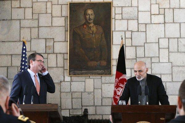 Ashton Carter (vľavo) s afganským prezidentom Ašrafom Gháním.