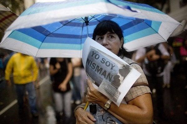 Ja som prokurátor Nisman, odkazuje v silnom daždi jedna z účastníčok štyristotisícového pochodu v Buenos Aires.