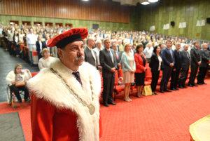 V popredí rektor UPJŠ Pavol Sovák.