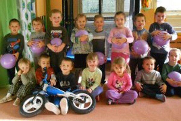 Škôlkari sa tešia z nových cvičebných pomôcok.
