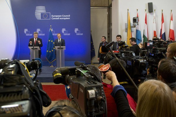 O sankciách hovorili aj ukrajinský prezident Petro Porošenko a predseda Európskej rady Donald Tusk.