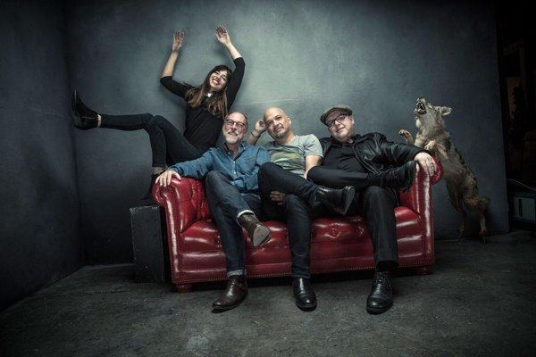 Pixies, to sú zľava basgitaristka Paz Lenchantinová, bubeník David Lovering, gitarista Joey Santiago a spevák Black Francis