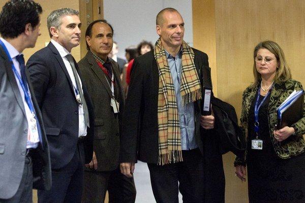 Aj keď Varoufakis (so šálom) vystupuje na rokovaniach suverénne, Grécko sa môže ocitnúť vo veľkých problémoch.