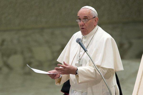 Pápež František prednáša posolstvo veriacim.