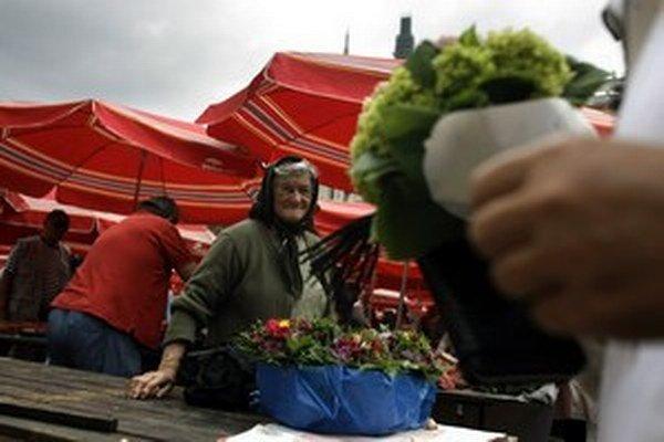 Žena predáva kvetiny na trhu v Záhrebe.