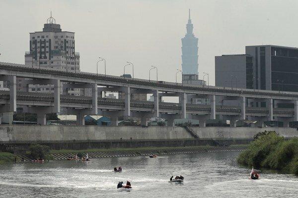 Z rieky v hlavnom meste potápači v sobotu vylovili ďalšie telá.