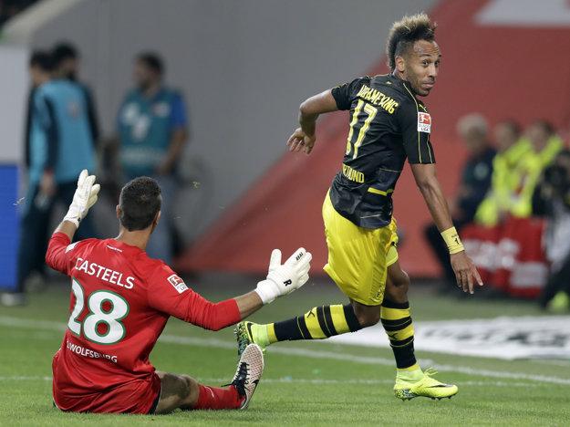 Pierre-Emerick Aubameyang strieľa jeden zo svojich gólov do siete Wolfsburgu.