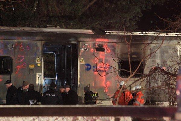 Prímestský vlak narazil do vozidla na koľaji neďaleko New Yorku.
