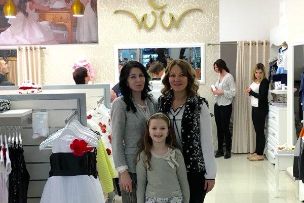 Veronika Koperová (vpravo) so svojou zákazníčkou a jej dcérou.