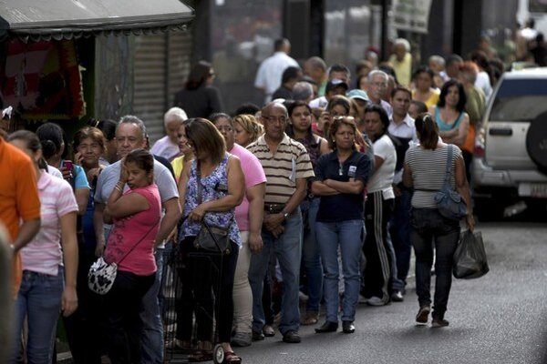 Za rady pred obchodmi vidí venezuelská vláda pokus o prevrat.