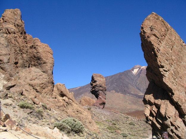 Pôsobivé skalné útvary a na pozatí Pico del Taide.