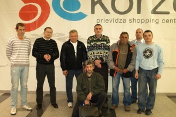 zľava Tomáš Grešner (Minigolf Prievidza), Branislav Hulík (SC Korzo), Jozef Brida (1. cena), Pavol Lihocký (2. cena), Miroslav Lacko (3. cena), Dominik Dobrotka (4. cena), Peter Donko (MY Hornonitrianske noviny, vzadu), Viliam Mazáň (5. cena, dole).