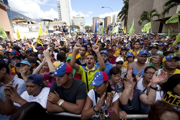 Tisíce Venezuelčanov protestujú v uliciach Caracasu na opozičnom proteste.