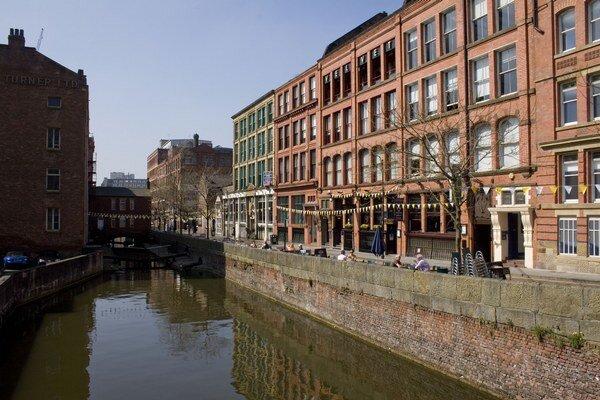 Šesť tiel za 18 mesiacov našli v kanáli na Canal Street, ktorá je centrom gay komunity v Manchestri.