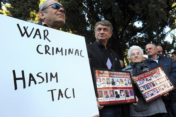 Protestujúci počas návštevy kosovského ministra Thaciho v čiernohorskej Podgorici.