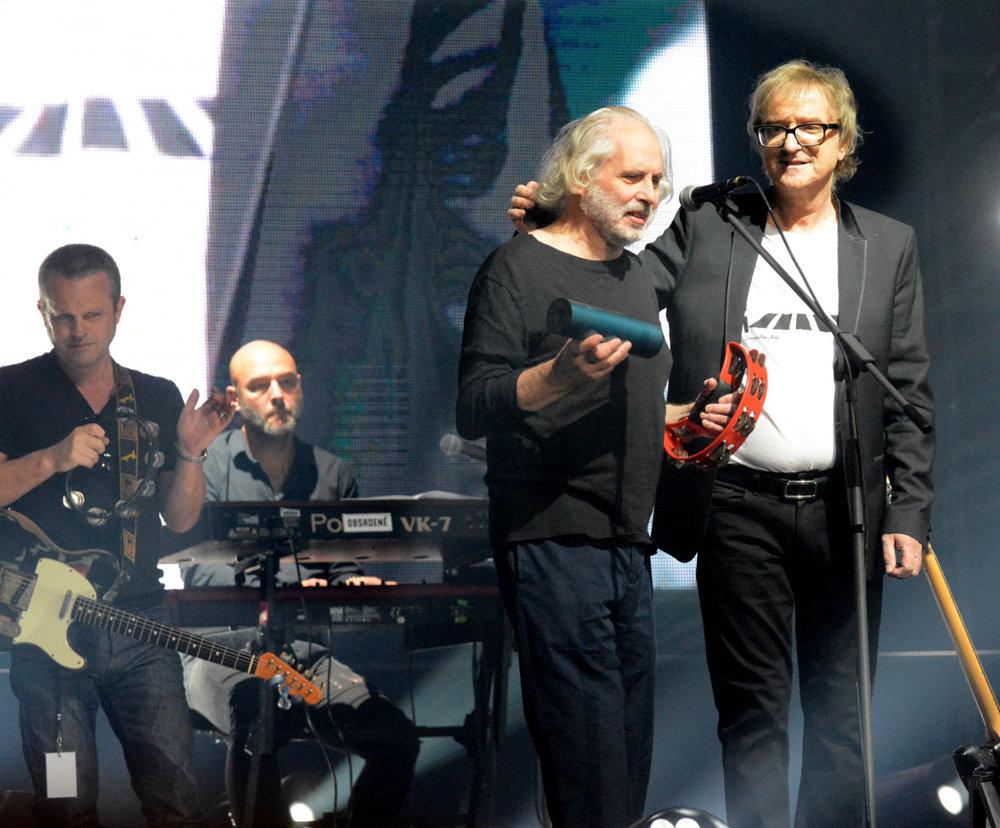 Ako spevák sa predstavil aj Pete Brown, ktorý otextoval anglickú časť albumu Miro a v minulosti skladal texty pre Erica Claptona a skupinu Cream.