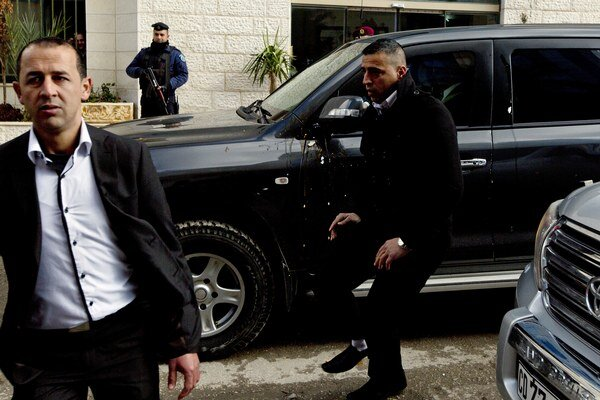 Na autá kanadského ministra hádzali vajíčka.