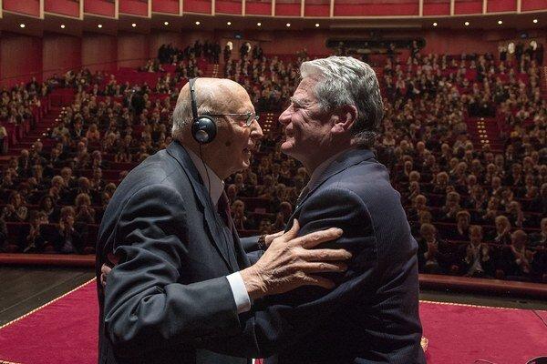 Taliansky prezident Napolitano (vľavo) s nemeckým kolegom Joachimom Gauckom.