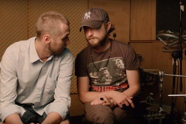 Dvaja ztrojice členov kapely. M. Višňovský aĽ. Petruška vmotivačnom videu.