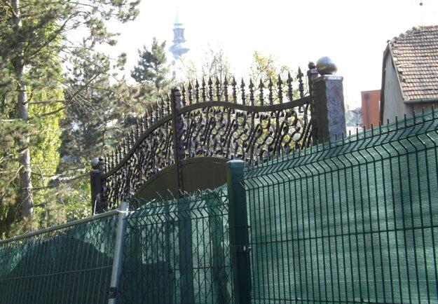 V pozadí za novou bránou sa črtá veža Nitrianskeho hradu.