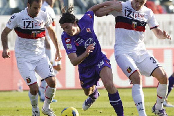Riccardo Montolivo z Fiorentiny atakovaný hráčmi Janova Rodrigom Palaciom (vľavo) a Jurajom Kuckom (vpravo).