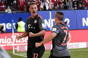Kimmich (vľavo) oslavuje svoj víťazný gól.