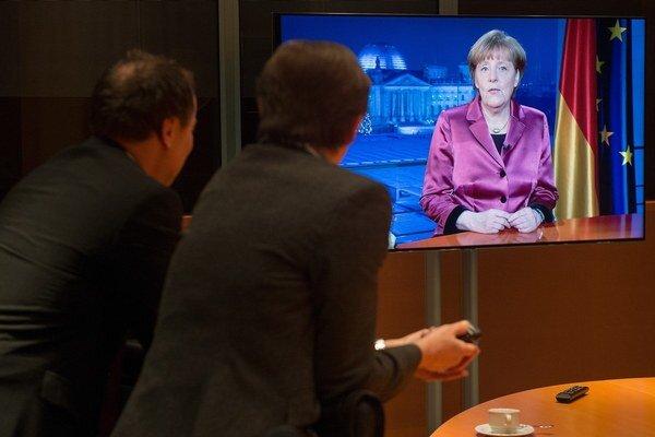 Medzi Nemcami je Merkelová populárna, no niektorí straníci jej vyčítajú, že sa posúva príliš do stredu.