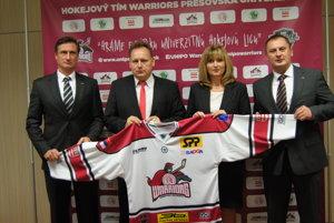 Ľubomír Sekeráš (vľavo). S rektorom, primátorkou ašéfom EUHL.