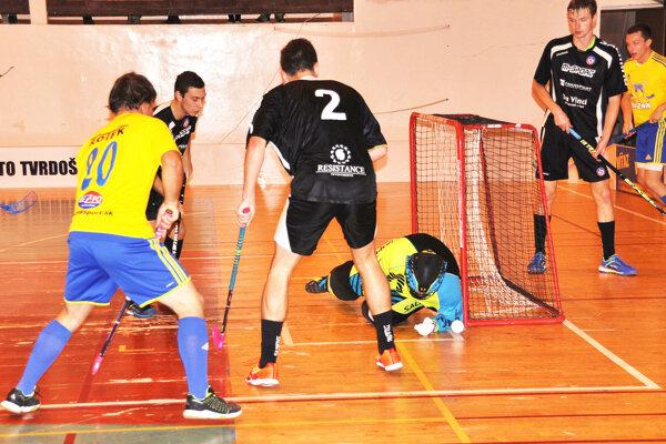 Florbalisti Nižnej (v žltých dresoch) prvý domáci zápas nezvládli podľa očakávania.