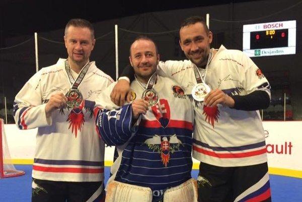 Zľava: Peter Papík, Peter Altman aRadoslav Kandrik so striebornými medailami.