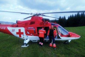 Vrtuľník s posádkou pristál približne 50 metrov od miesta určenia, kde si lekár leteckých záchranárov prevzal pacienta do svojej starostlivosti od posádky rýchlej zdravotníckej služby.