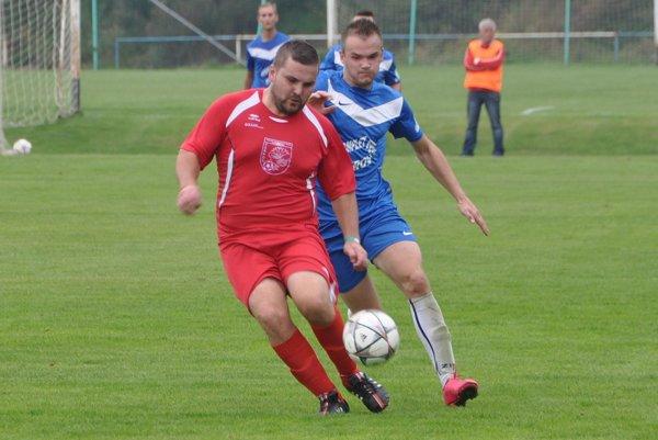 Vedúcu Zubrohlavu (v modrých dresoch) vystriedali na prvej priečke Žaškov (v červených dresoch).