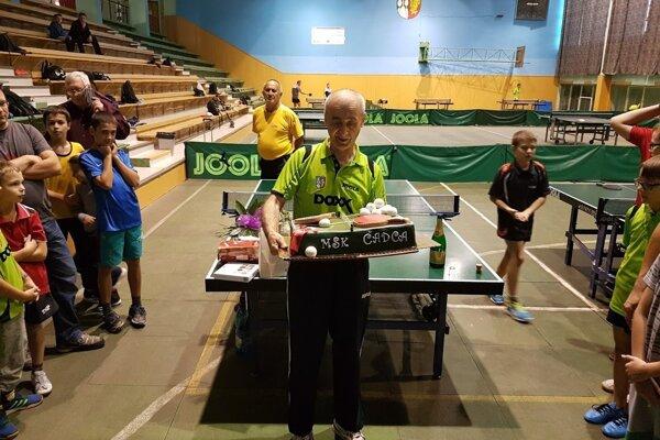 Tréner Bohdan Kormanec s narodeninovou tortou.