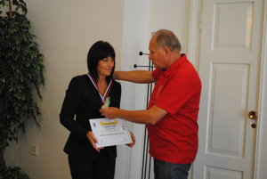 Viceprimátorka Lea Grečková prijíma medailu od komisára Igora Svítka.