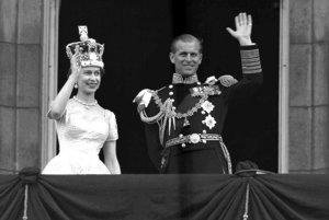 Alžbeta II. a princ Philip mávajú z balkóna Buckinghamského paláca po ich korunovácii v Londýne.