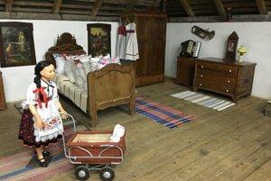 Pamätné izby sú kompletne zariadené starým nábytkom, obci ho venovali domáci obyvatelia.