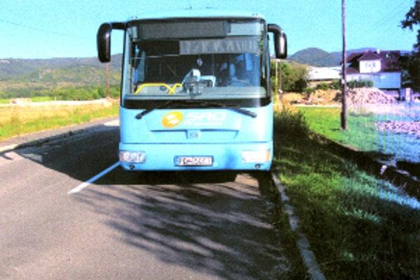 Autobus odparkovaný v protismere si všimol čitateľ z Lehoty pod Vtáčnikom.