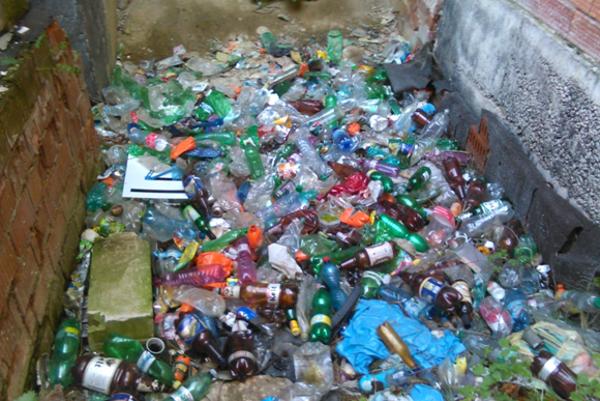 PVC etikety bojkotujú recyklovanie fliaš.