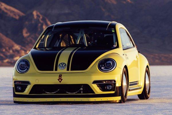 Rekordný Volkswagen Beetle. Na soľnej pláni Bonneville dosiahol špeciálne upravený model Beetle rýchlosť 328,195 km/h, čím sa stal najrýchlejším chrobákom na svete.