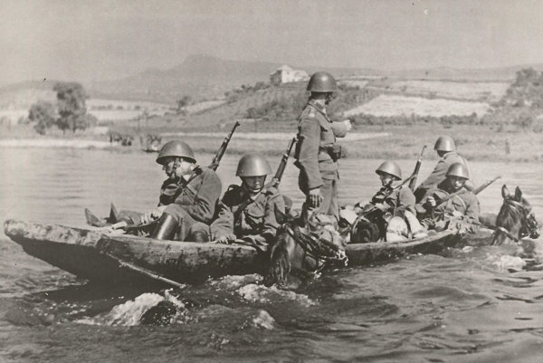Československí dragúni prepravujúci sa cez rieku.