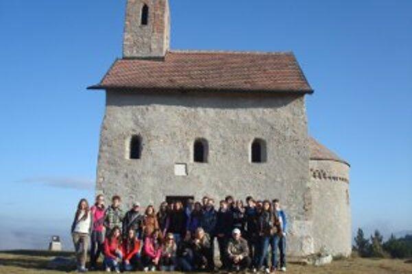 Gymnazisti navštívili aj kostol v Dražovciach.