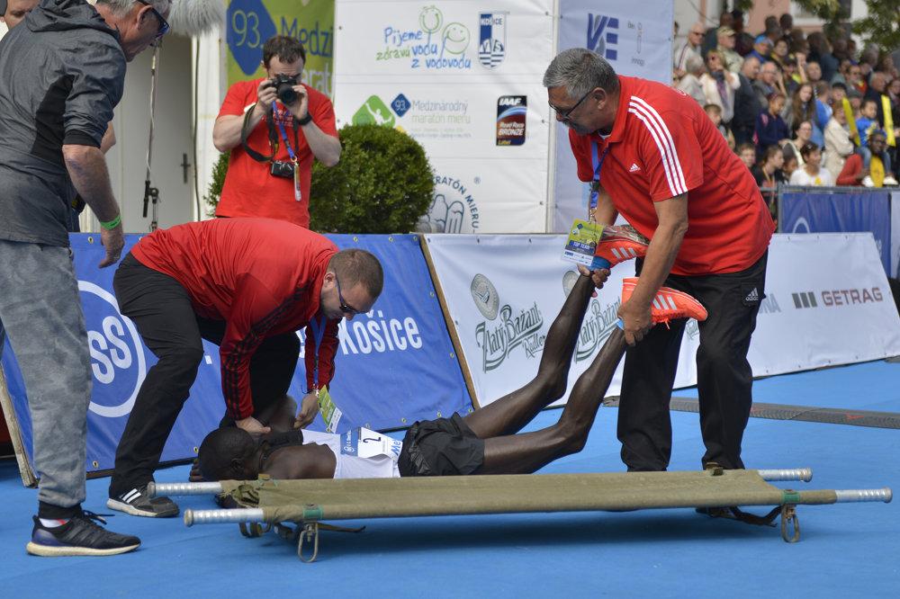 Na snímke zdravotná služba odnáša na nosidlách z cieľa jedného z favoritov Keňana Evansa Kipkogeia Rutu.